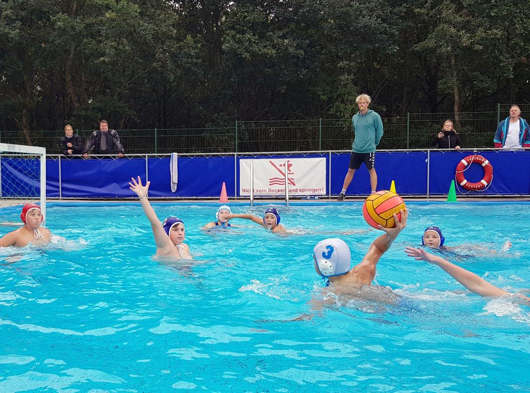 WSW-Wasserballer Marian Kob beim Wurf, letztes Punktspiel 2020 in Oxstedt gegen Cuxhaven