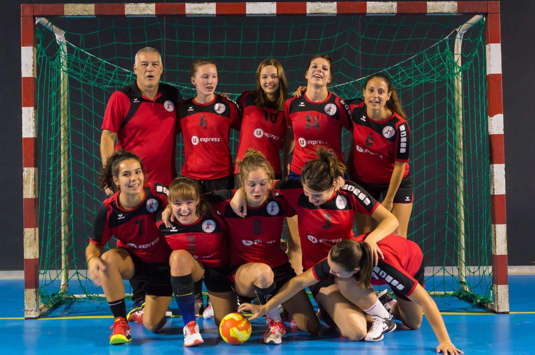 équipe seniors filles de la JA Isle Handball en train de s'écrouler