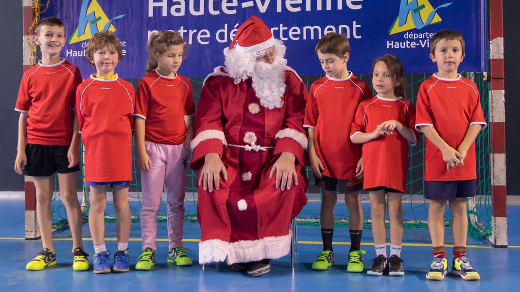 L'équipe d'Isle timide devant le Père Noël