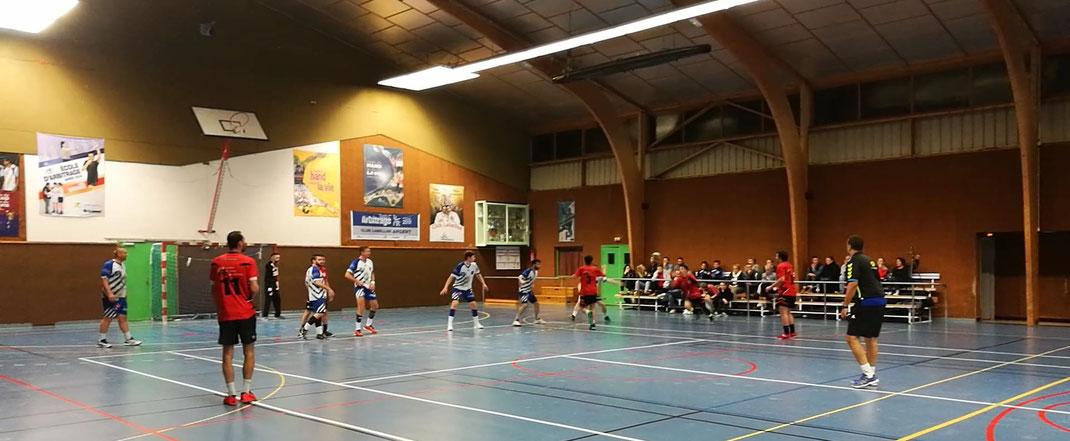L'équipe senior Excellence de la JA Isle Handball contre Poitiers dans le gymnase.