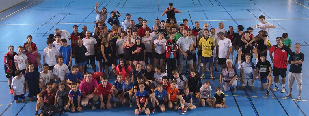 2017 Tournoi intergénérations photo de groupe les bras levés