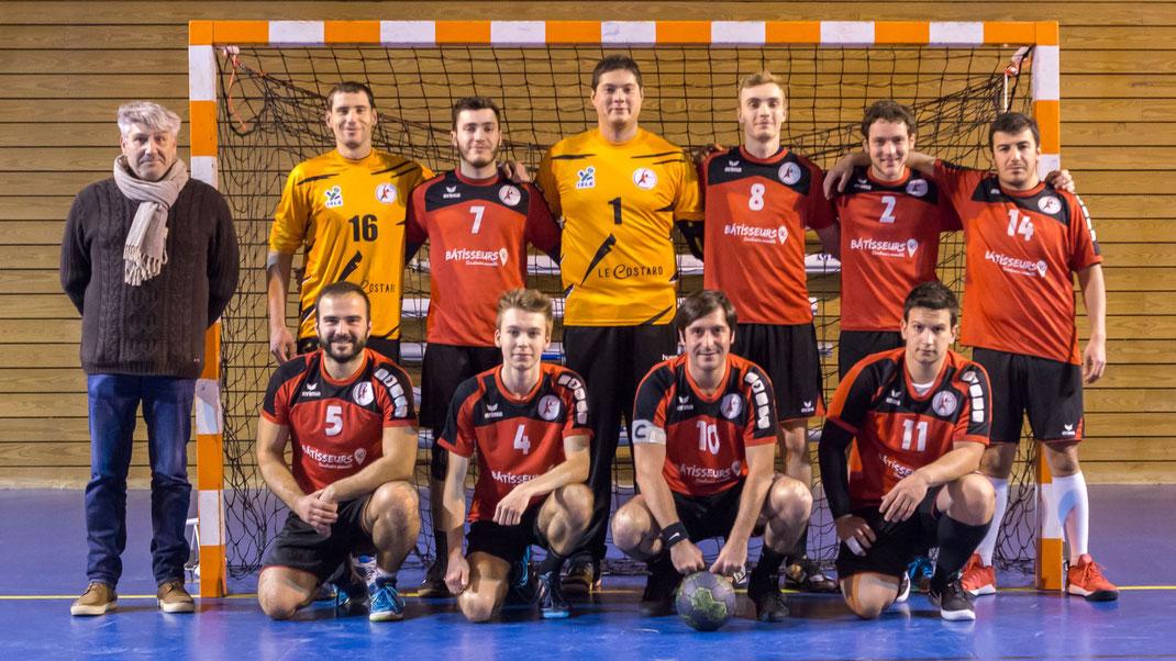 L'équipe masculine senior Excellence avec leurs maillots rouge