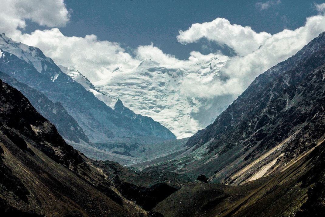Tajikistan, Afghanistan. The Wakhan Corridor, in the foreground the foothills of the Hindukush, behind them the Karakoram Range