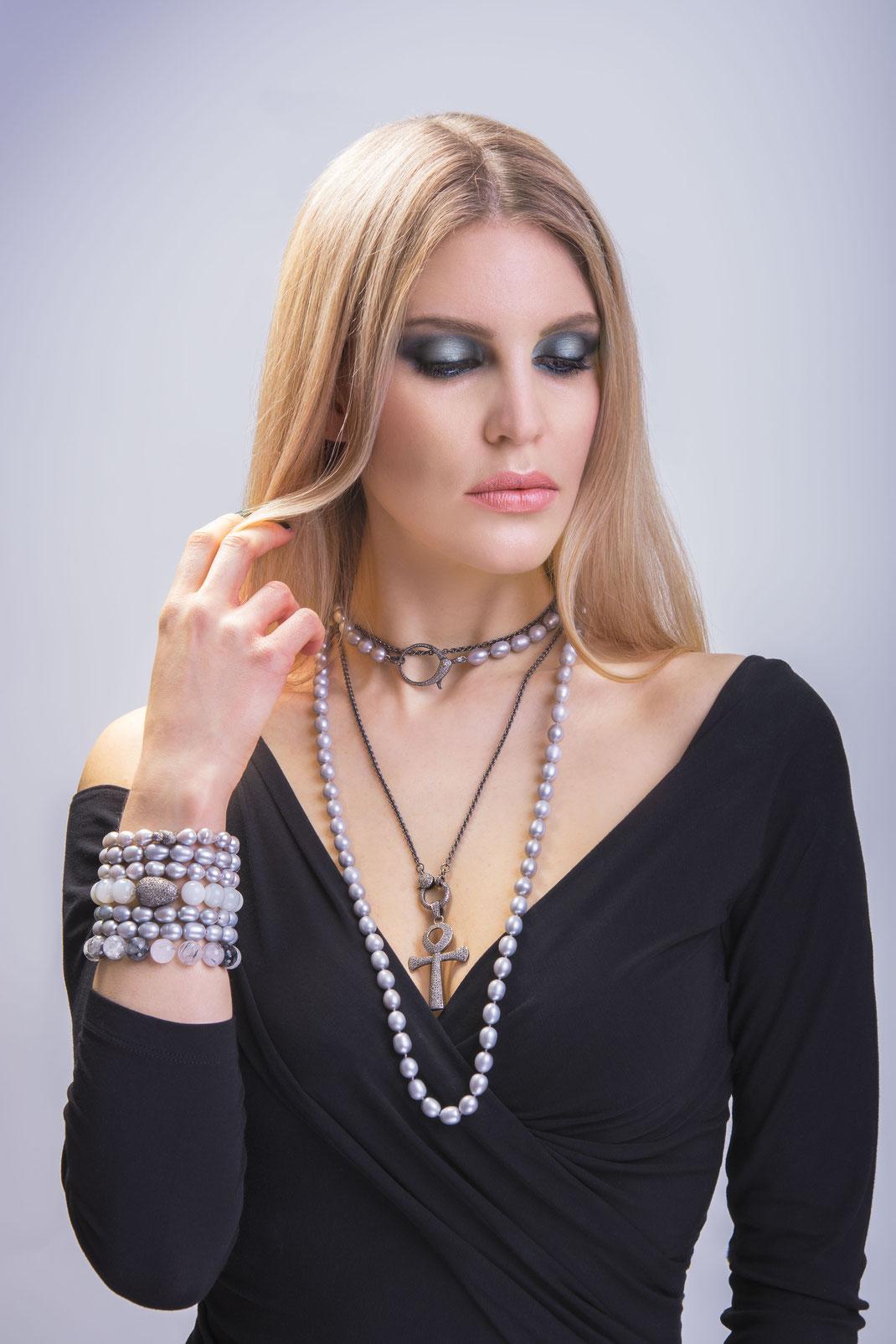 lange lässig elegante halsketten mit Diamantanhängern und -schließen im spannenden Kontrast aus grauem Sterling und grauen Perlen