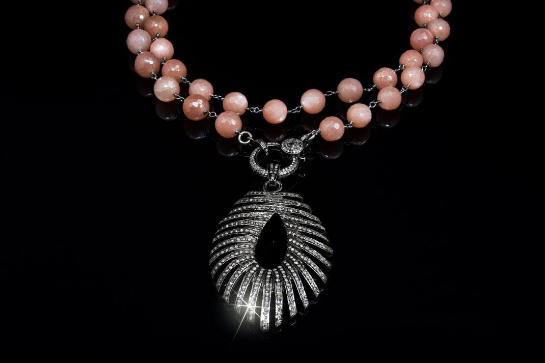 """großer Diamantanhänger """"Federleicht"""" an einer Rosenkranzkette aus Pfirsich Mondstein"""