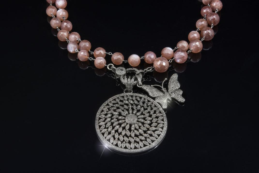 """Diamantanhänger """"Medallion Rad"""" mit Diamantanhänger """"Schmetterling verspielt an einer Rosenkranzkette aus Schokoladenmondstein"""