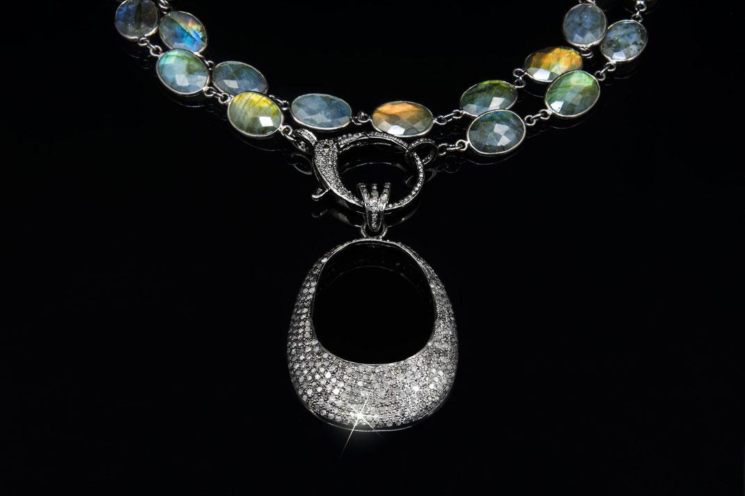 """Diamantanhänger """"modernes Om lang"""" an einer Zargenkette aus Labradorit"""