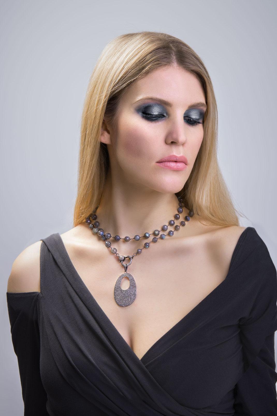 """kurz als Choker gewickelte lange Halsketten mit einem großen Diamantanhänger """"modernes Om"""""""