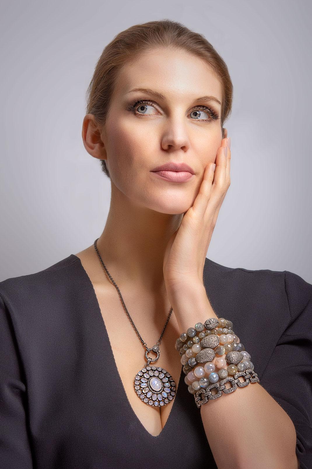 """gestapelte Stretcharmbänder  mit Diamantelementen einem Gliederarmband und Anhänger """"Mondsteinblume"""""""