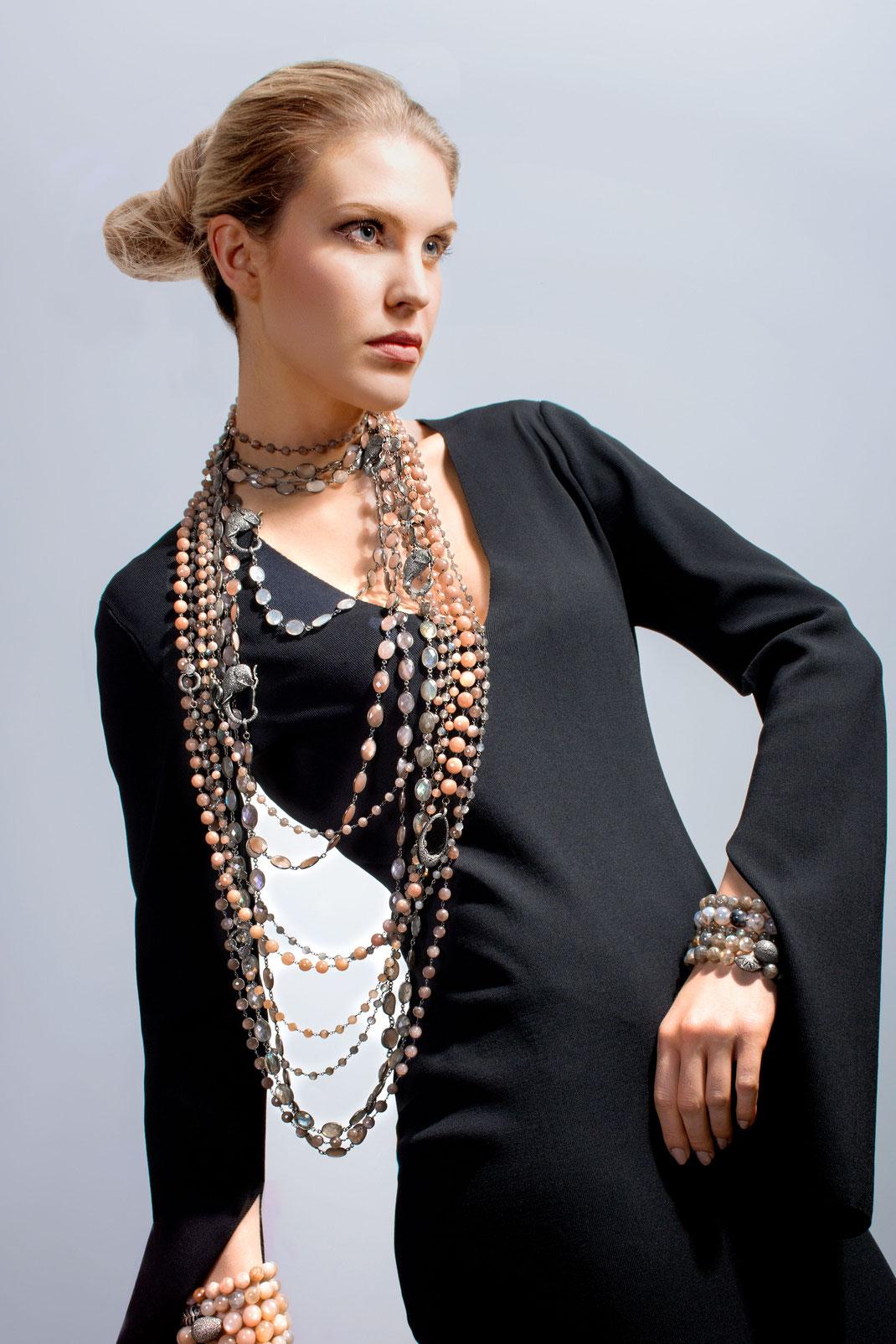lässig elegante lange Ketten mit Diamantschließen übereinander gestapelt getragen