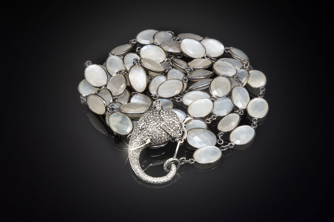 """Zargenkette aus Mondstein mit Diamant """"Elephantenschließe"""""""