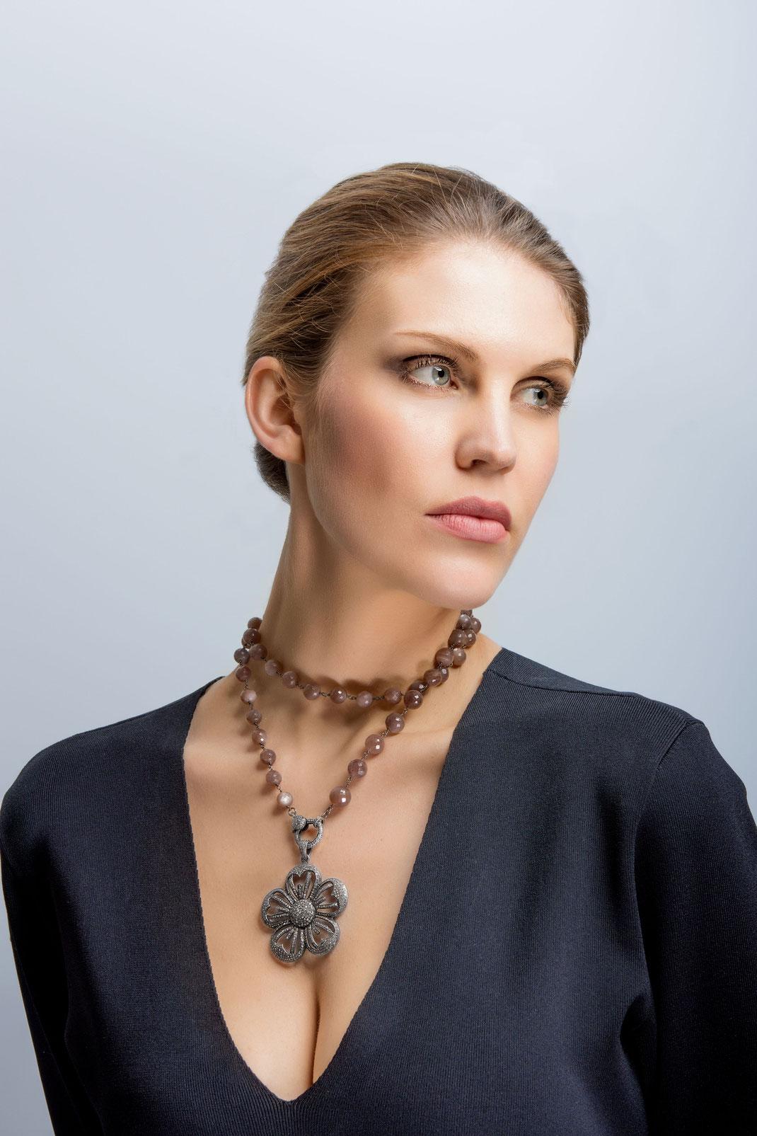 """kurz als Choker gewickelte lange Halsketten mit Diamantschließe einem großen Diamantanhänger """"Blume Teppich"""""""