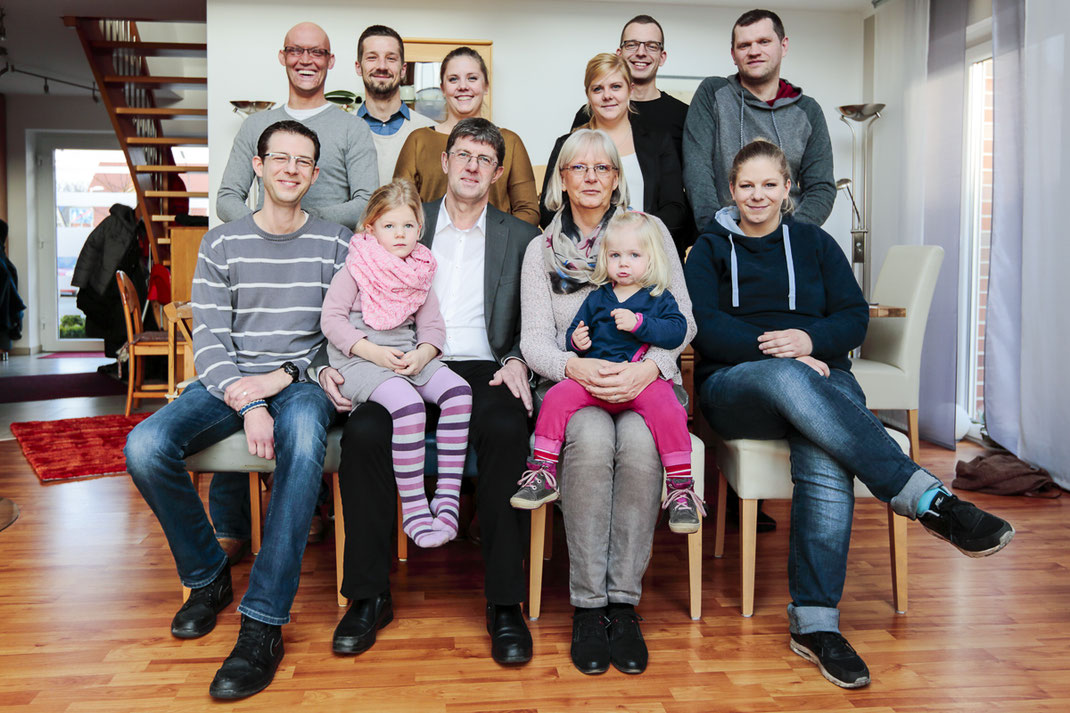 Thomas und Susanne Marquardt mit ihren vier Kindern, den Lebenspartner*innen ihrer Kinder und den beiden Enkelkindern. (Foto: Till Leckebusch)