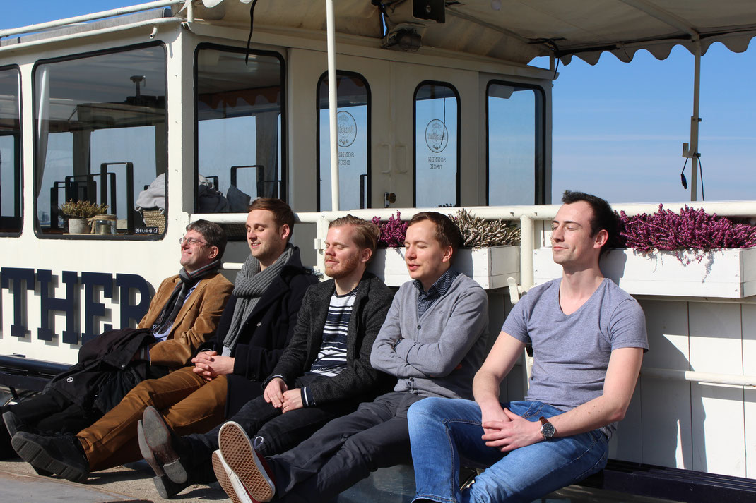 Thomas Marquardt mit seinem Mitarbeitern Lukas Peuckmann (3.v.l.), Florian Götting (4.v.l.) und Lennart Nübel (5.v.l.) zu Besuch bei der MS Günther