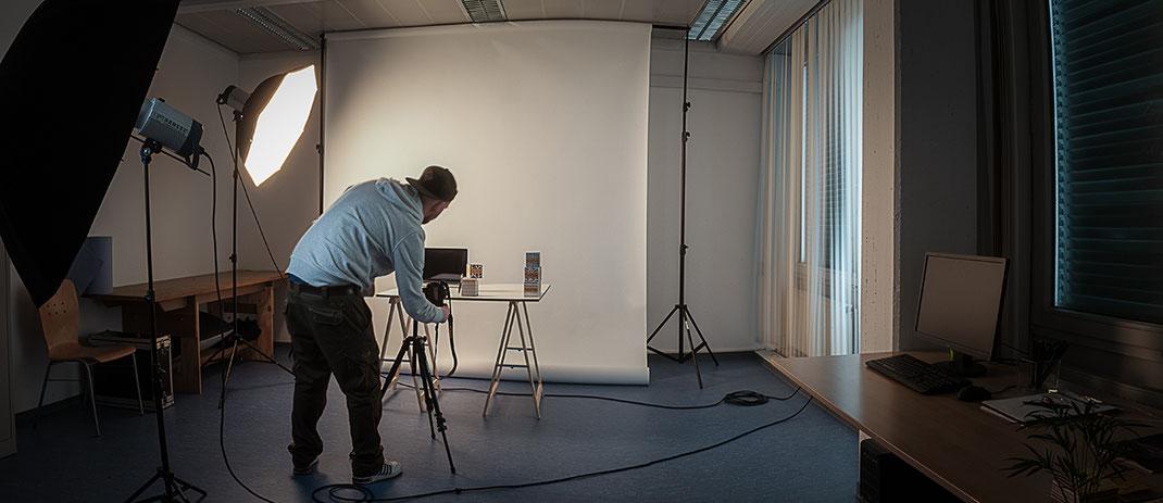 Im Fotostudio - Jan Glaß bei der NEUE ARBEIT für Kronenkreuz