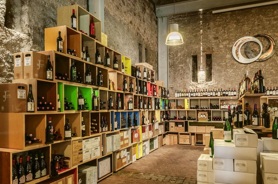 Farbige Holzregale lassen Weinflaschen optimal zur Geltung kommen