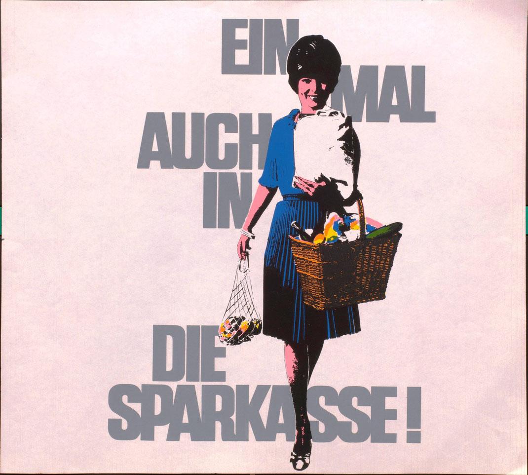 Einmal auch in die Sparkasse  . Hausfrau mit Einkaufskorb- und Netz . Plakat  1966.