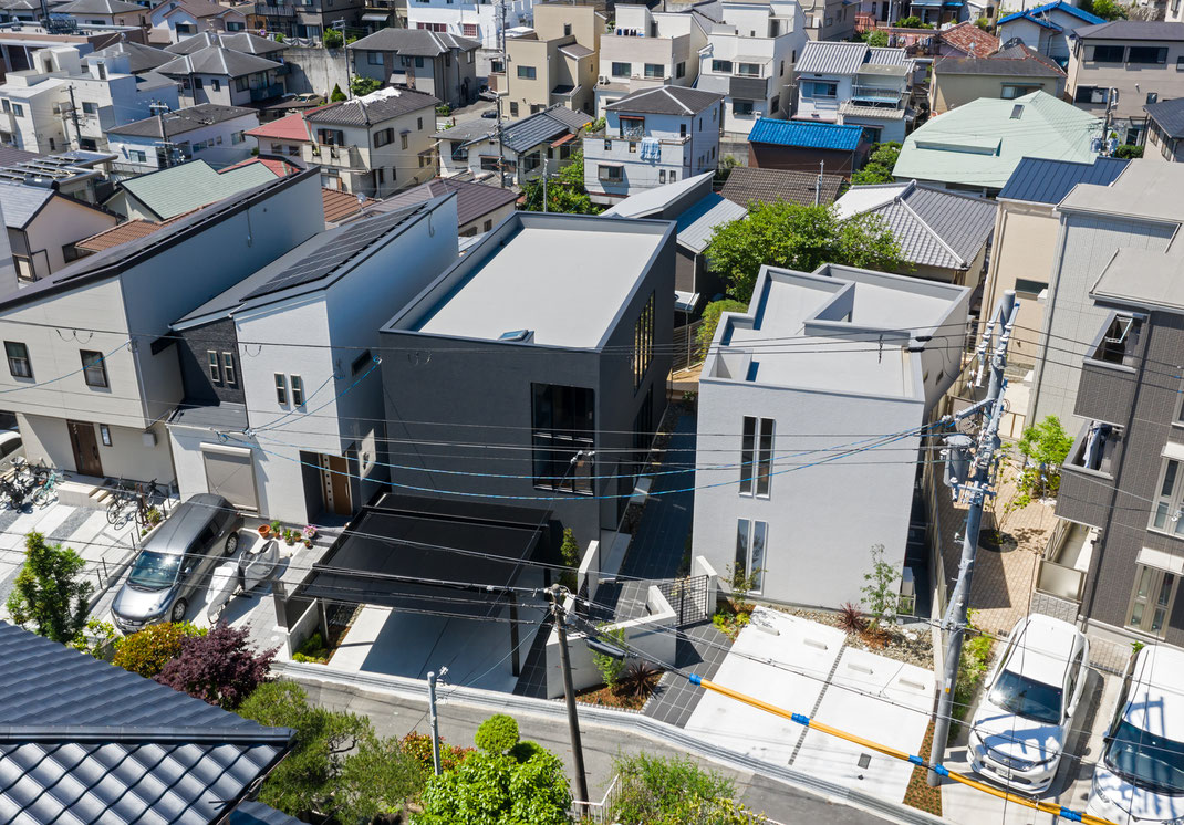 白い家と黒い家の注文住宅の空撮