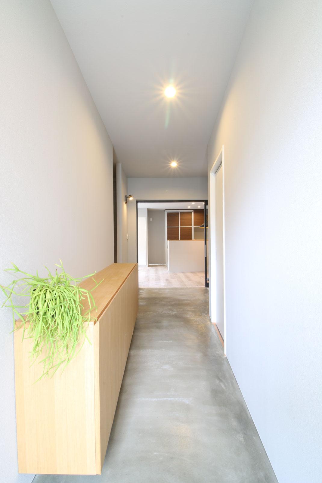 K邸リノベーション モルタルの土間玄関 空間デザイン