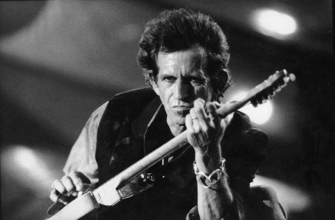 Keith Richards mit einer Gitarre in der Hand.