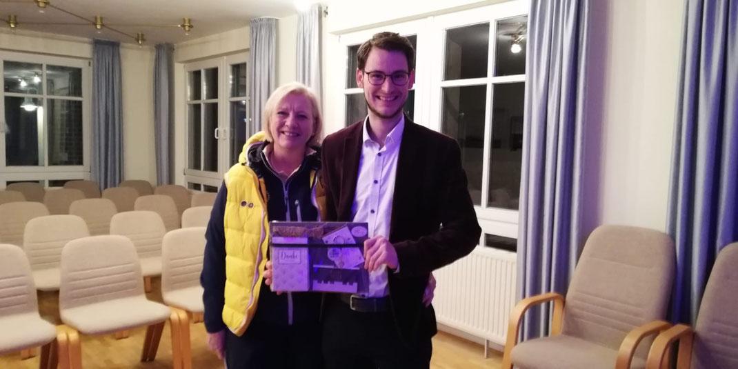 Marja Ritterfeld vom Rotary Club Uelsen Coevorden gibt die Leitung der Uelsener Musiknacht ab an Tom Wolf.
