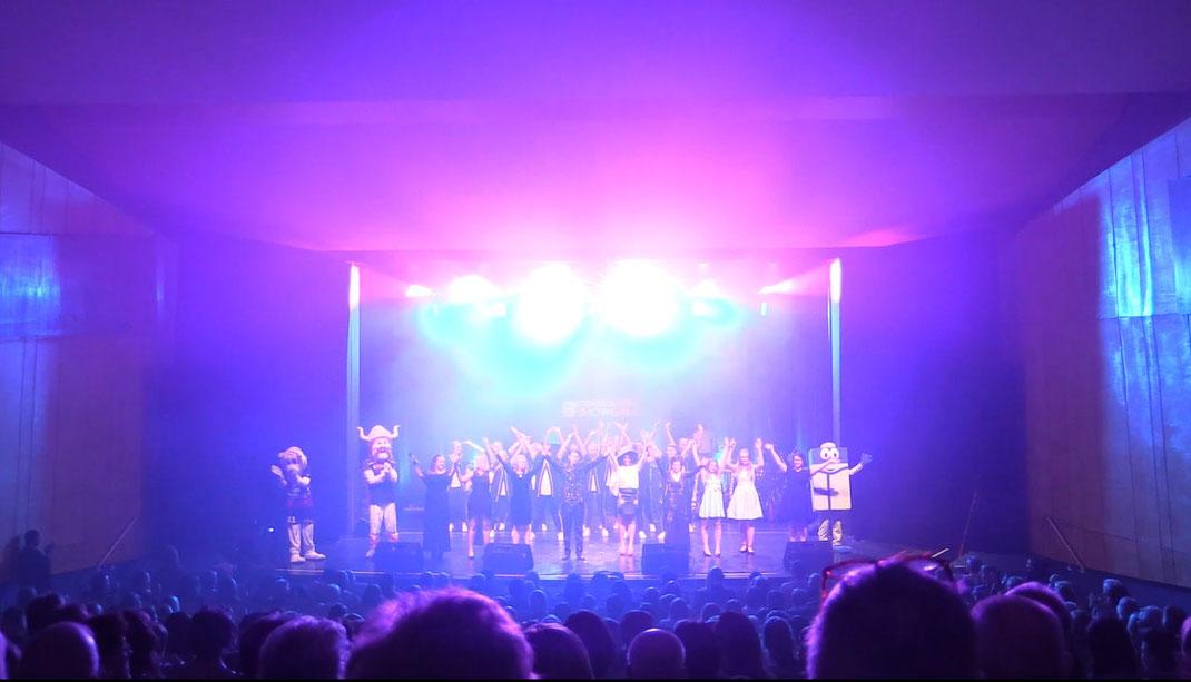 Auch die 4. Grafschafter Showgala startete im vollbesetzten Konzert- & Theatersaal in Nodhorn.