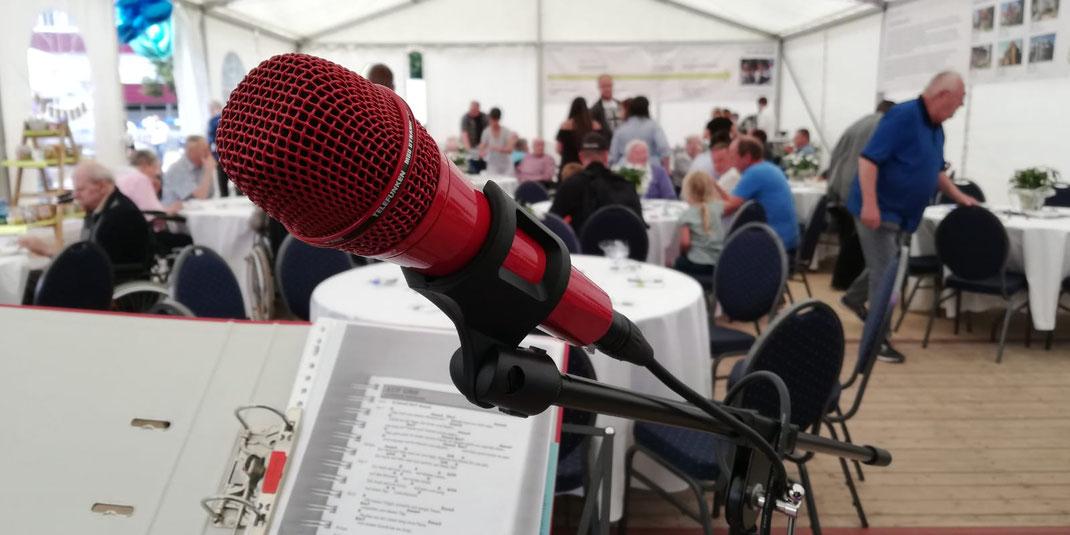 Seniorenzentrum in Lingen feiert Jubiläum. Man sieht ein rotes Mikrofon der Sängerin Jessi Duhn
