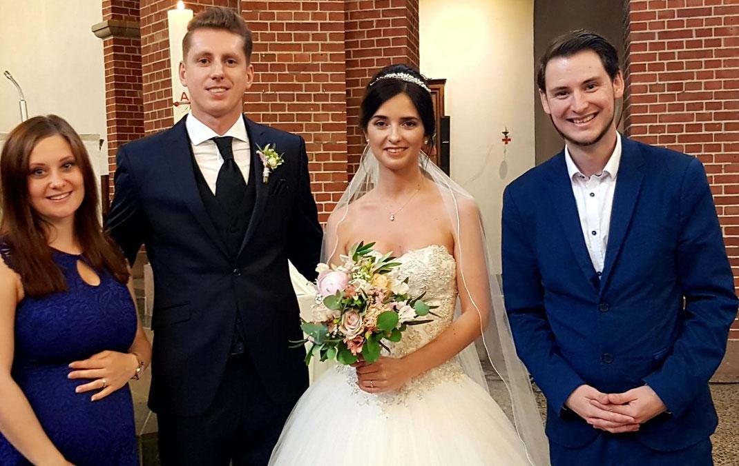 Hochzeitspaar mit Hochzeitssängerin und Pianisten