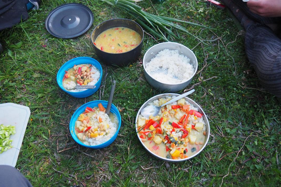 Reis, Karotten + Paprika kochen, Lauch anbraten, Mango kleinschneiden und Hälfte zerdrücken, Ananas zum Gemüse geben + mit Cocosnusspulver und Curry vollenden. Nüsse als Topping. Danke Sevnja und Resel für Rezept + Tipp mit dem Cocusnusspulver!