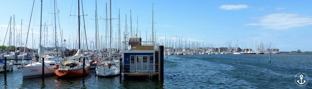 An einen der schönsten Yachthäfen Deutschlands gelegen...