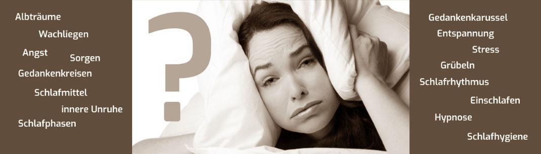 Frau mit Schlafstörungen verspürt Stress weil sie nicht schlafen kann und zieht sich Kissen über den Kopf