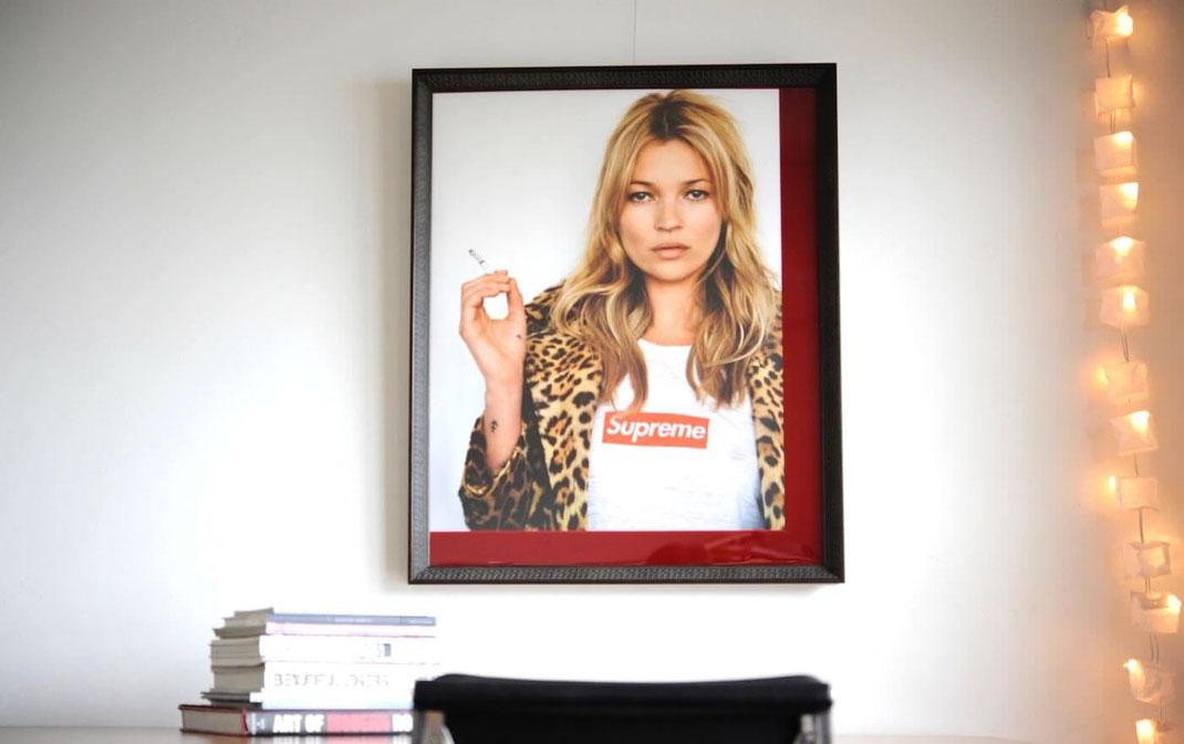 Supremeのケイトモスのポスターを額縁 Deep Loveで額装しました。