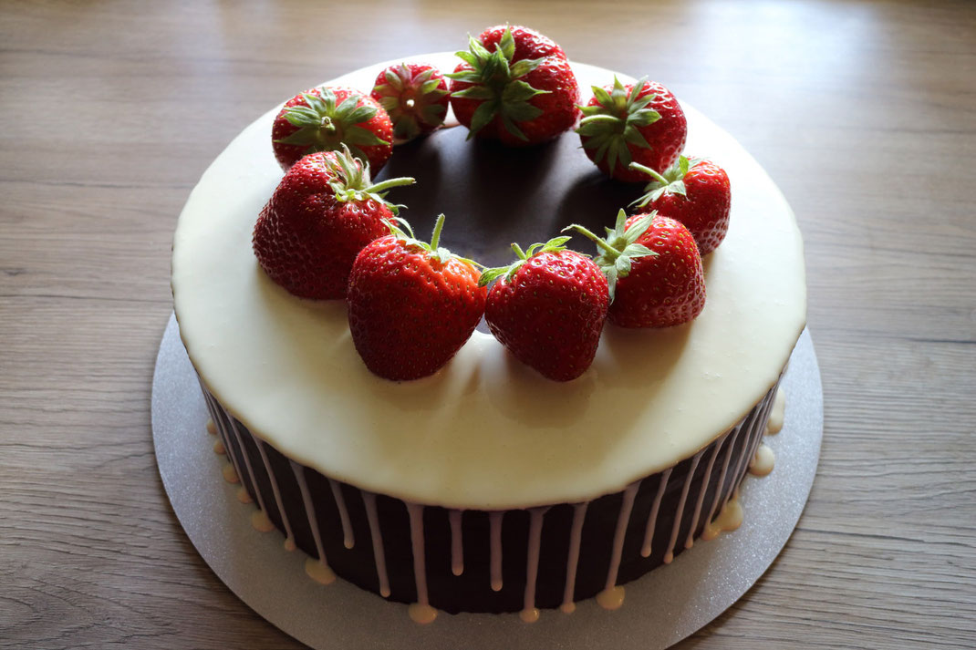strawberry drip cake with sharp edge
