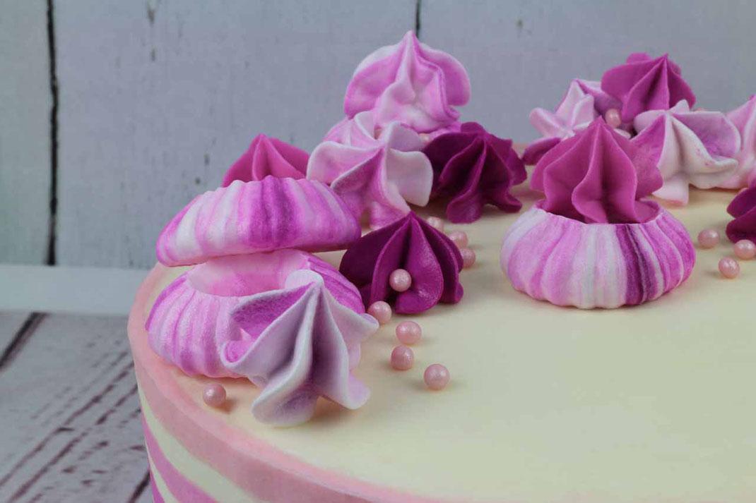 gestreifte Ombre-Torte mit Baiser