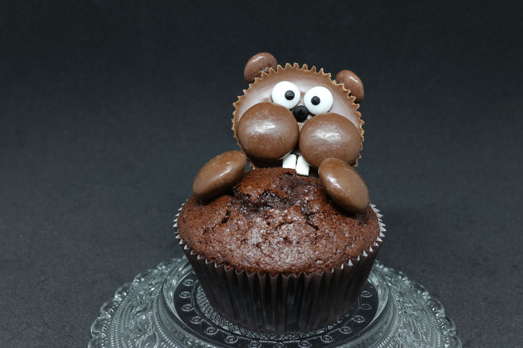 beaver cupcake with the cutest beaver eyes and beaver teeth
