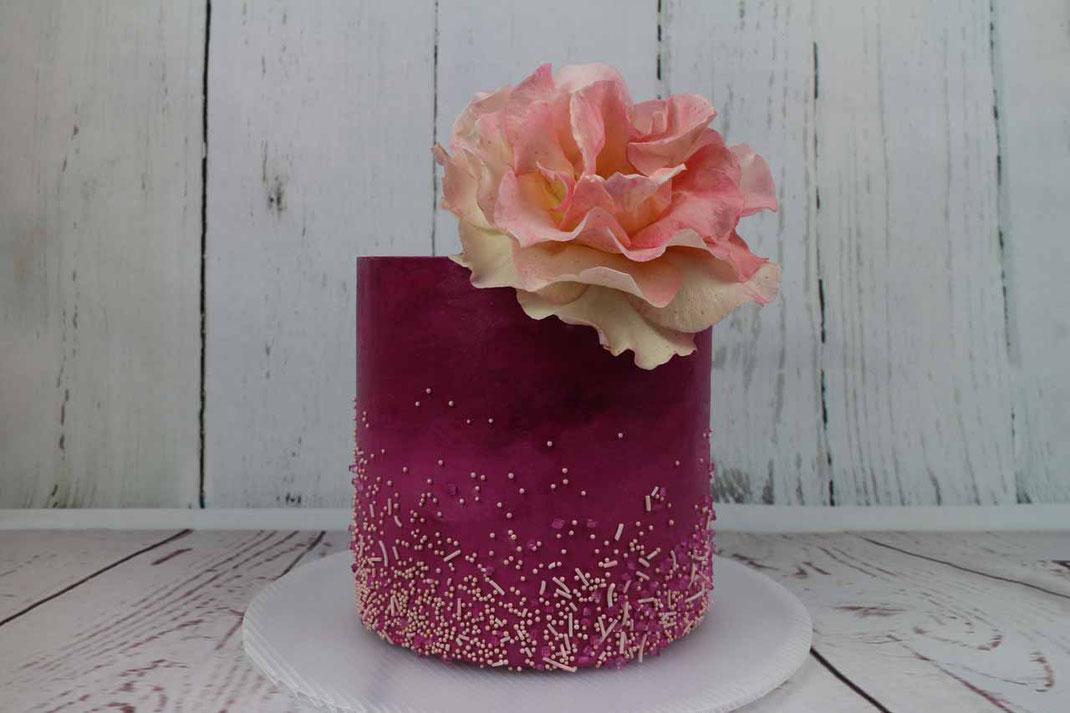 Hochzeitstorte mit Rose