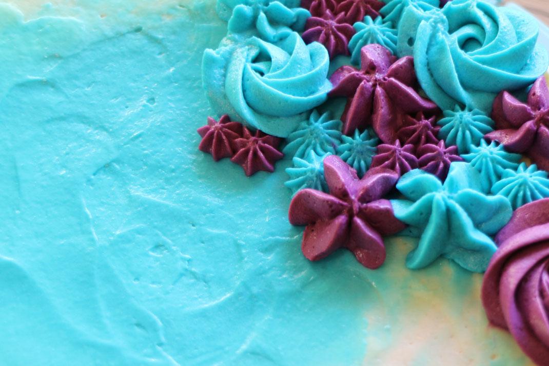 Tupfentorte in blau und lila