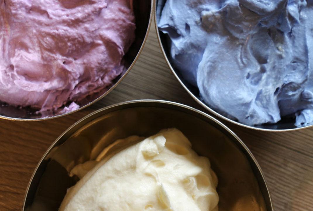 Tortencreme in hellblau, violett und weiß