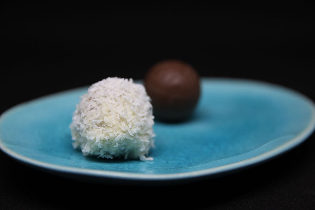 coated and uncoated chocolate balls