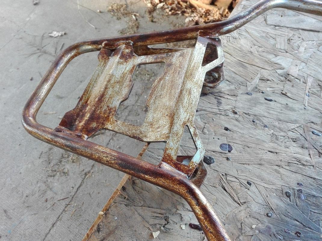 """Der verwendete Rostlack wird manuell aufgetragen, greift die Metallschichten nicht an und kann auch wieder  """"abgestrahlt werden""""."""