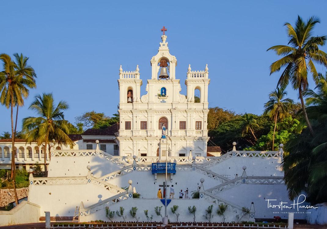 Erleben Sie mit dem Reiseleiter Thorsten Hansen das koloniale Goa mit seinen berühmten Kirchen und traumhaften Stränden. Von der langen Geschichte als portugiesische Kolonie vor 1961 zeugen die gut erhaltenen Kirchen aus dem 17. Jh. und die tropischen Gew