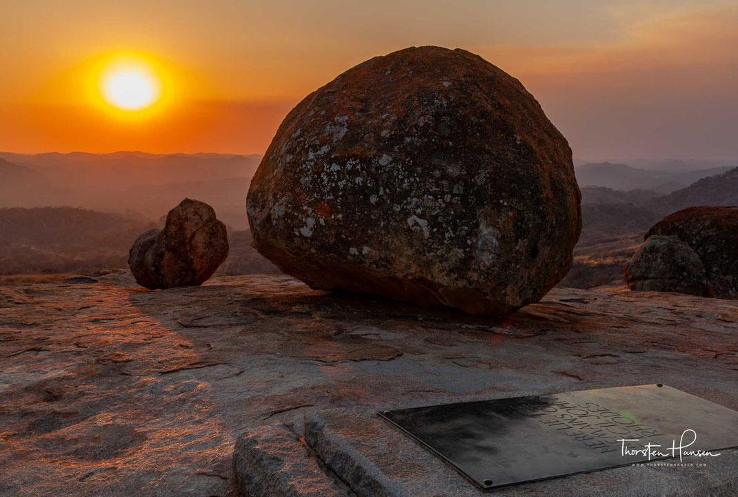 """Meine Höhepunkte in Simbabwe: Die imposante Ruinenstadt von Greater Zimbabwe - der Hauptstadt des untergegangenen Munhumutapa-Reiches Die weltberühmten Victoria Fälle Löwen und Elefanten in Hangwe NP Matobo Nationalpark mit Cecil Rhodes Grab """"View of the"""