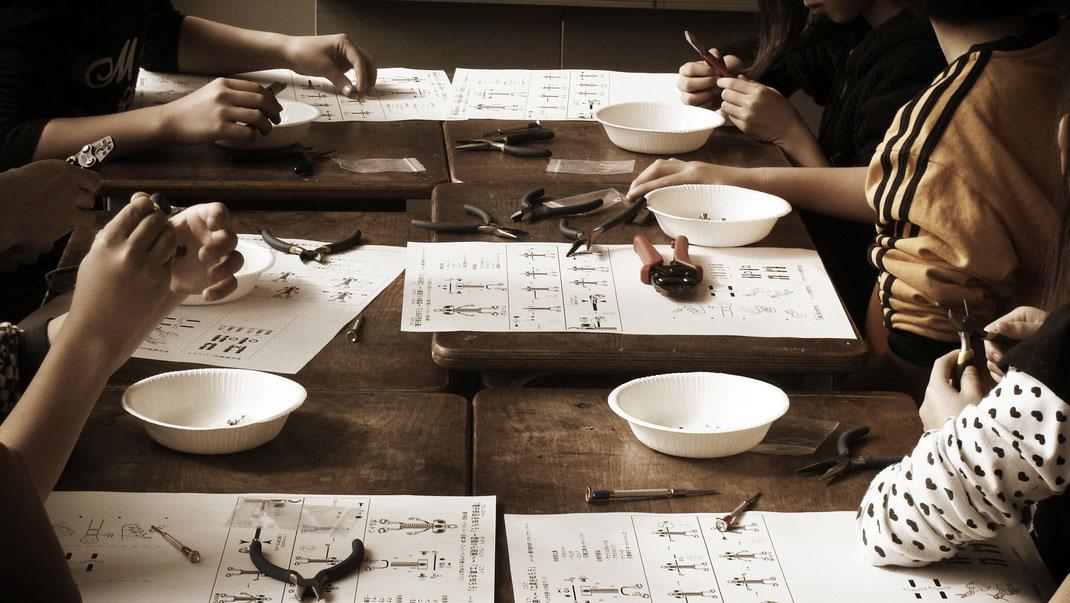 マサノヴァアートではワークショップ・出張授業(工作教室)を開催しています。小さなお子様から大人の方まで楽しい工作教室です。スイーツのように美しく可愛らしいデザインのロボットモチーフのアクセサリー。デザインから製作までマサノヴァアートの工房でひとつひとつ仕上げています。日常で楽しめるロボットです。
