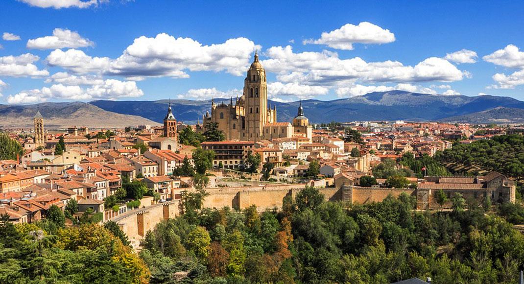 Vista general de Segovia con la muralla y la catedral en primer plano y la sierra de Guadarrama al fondo