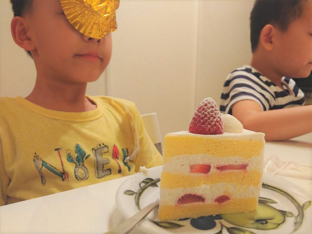 兄:いち早く食べています 弟:ふざけています(ほんと性格が違う!)