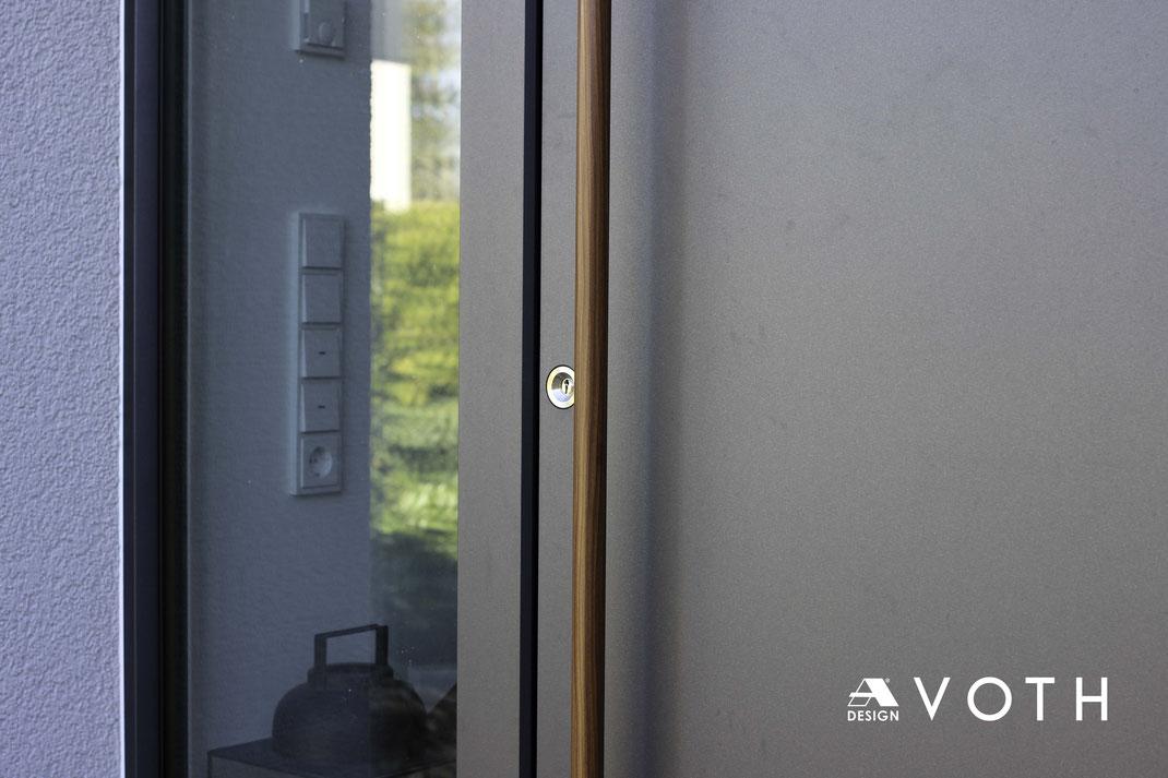 Design Haustüre mit runden Holzgriff in Düren, Aachen und Köln