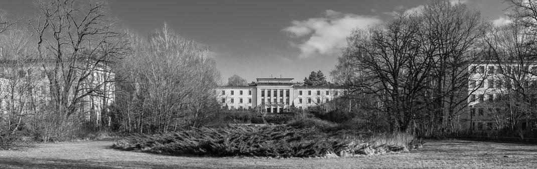 Blick von der ehemaligen Mensa auf das Hauptgebäude der Jugendhochschule der FDF