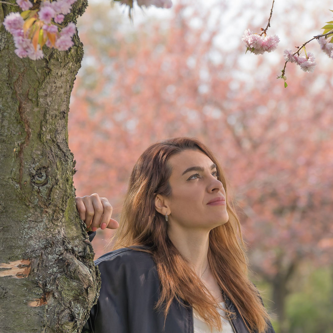 Roshanak unter blühenden Kirschbäumen