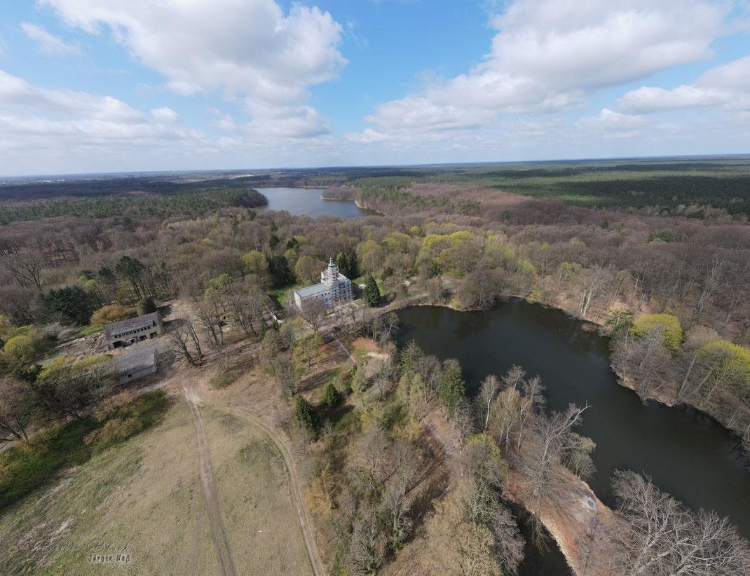 Blick aus 100 m Höhe auf das zur Zeit eingerüstete Schloss Dammsmühle mit Mühlenteich und Mühlenbecker See