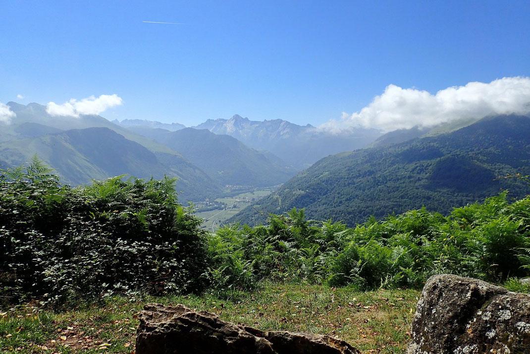 Nous voilà arrivés aux Cromlechs. Belle vue sur la Vallée d'Ossau. Pause casse-croute.